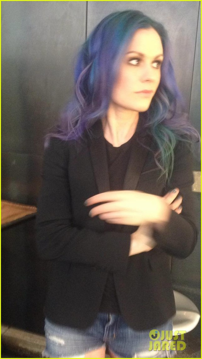 anna paquin dyes her hair blue purple 02