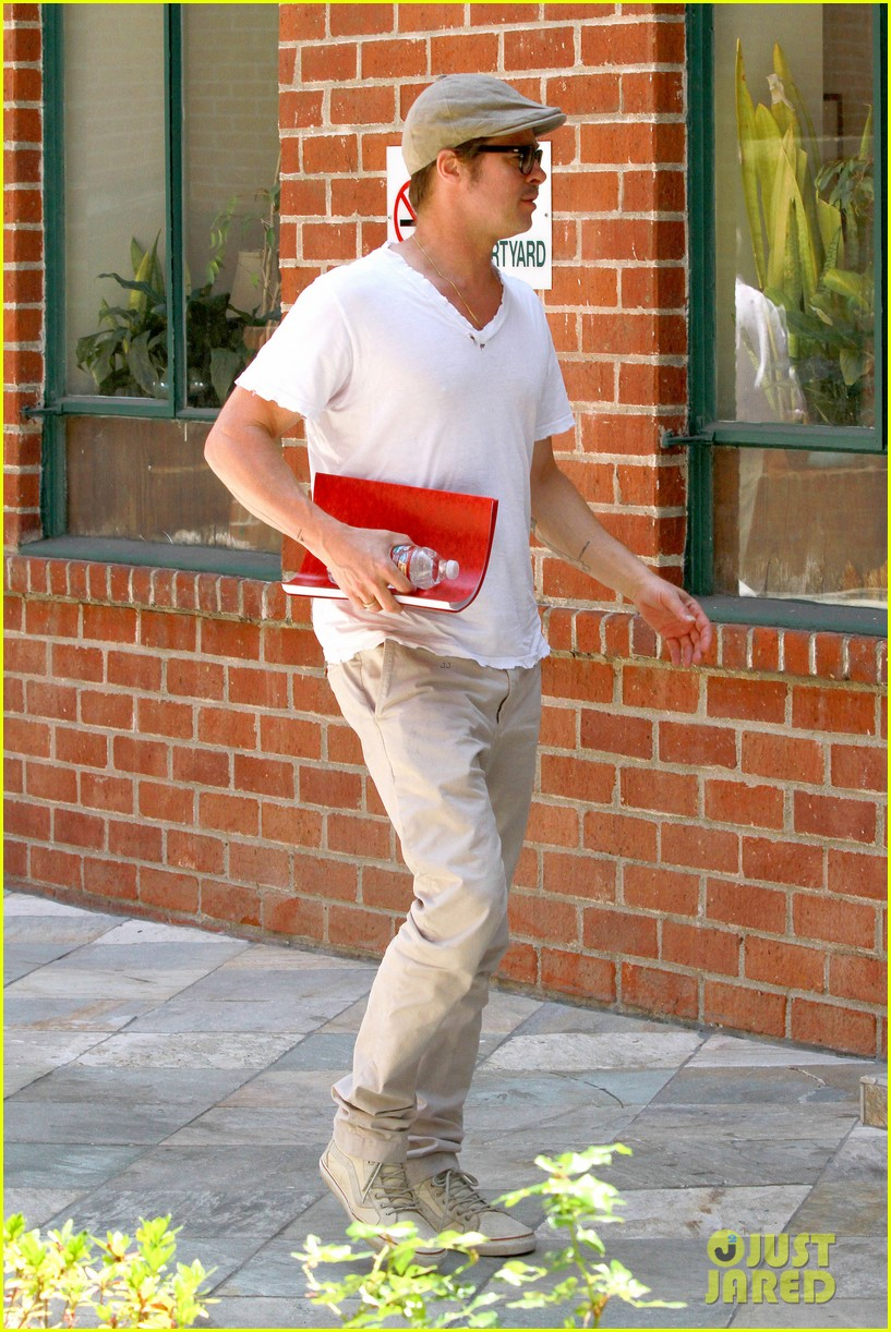 brad pitt brings his script along to a doctors appointment 013149145