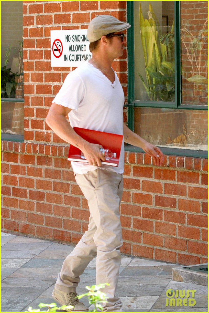 brad pitt brings his script along to a doctors appointment 093149153