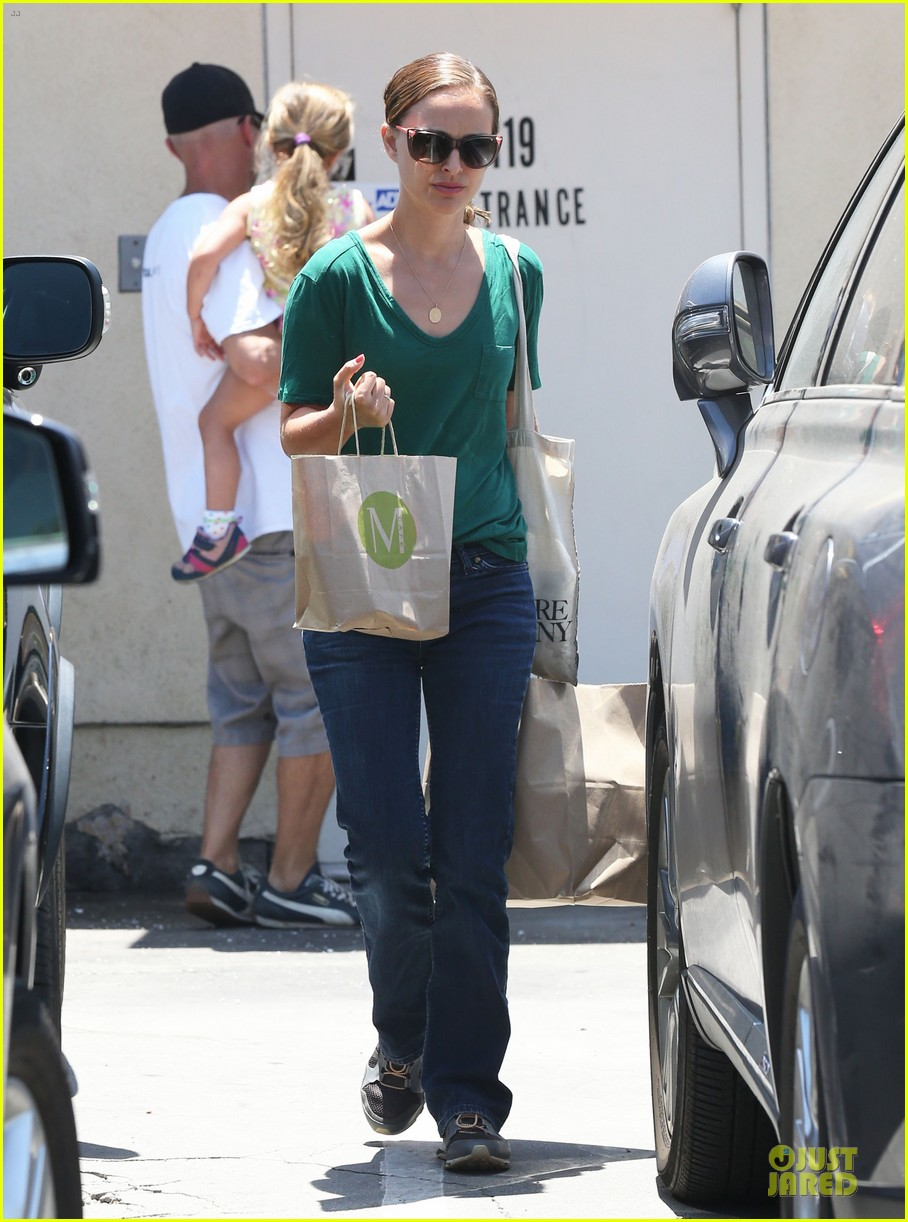 natalie portman goes green healthy at m cafe 083151175