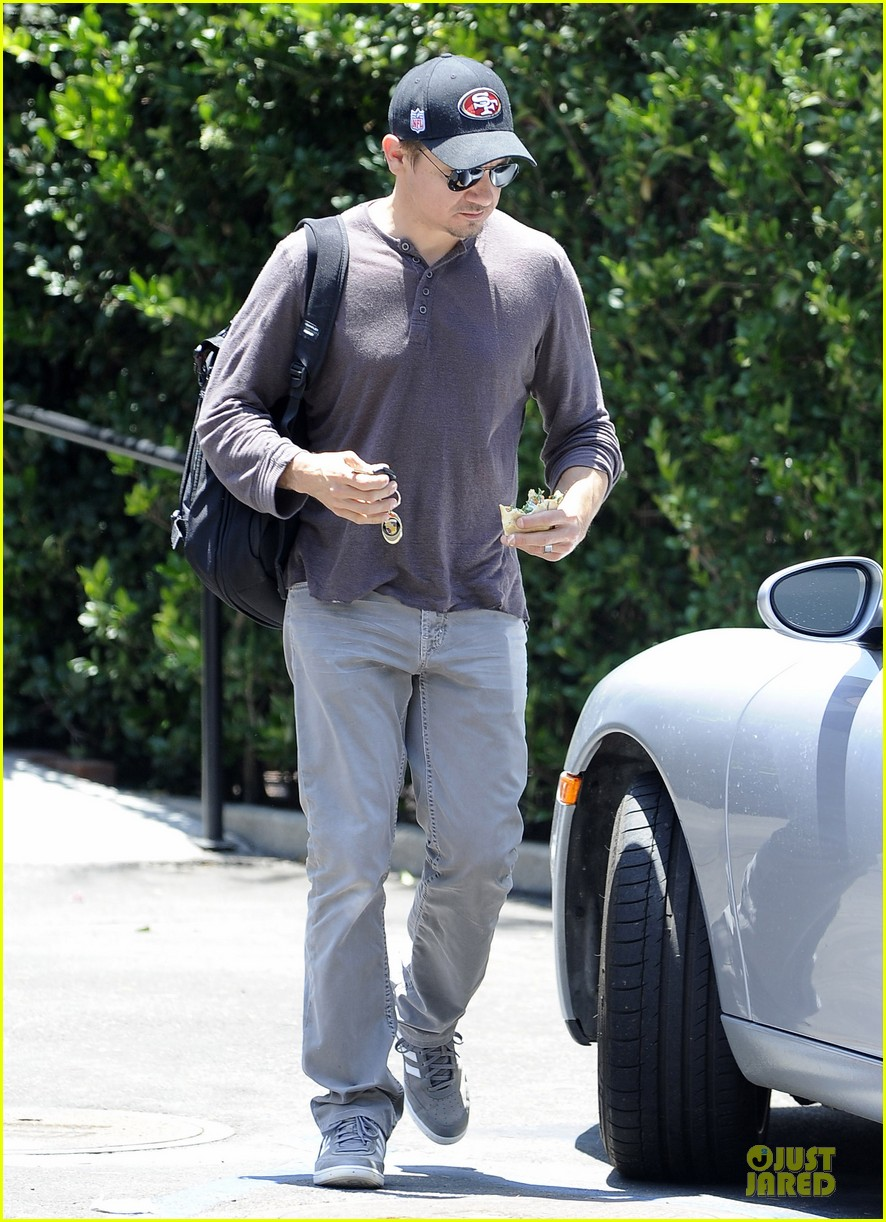 jeremy renner supports san francisco 49ers 053148101