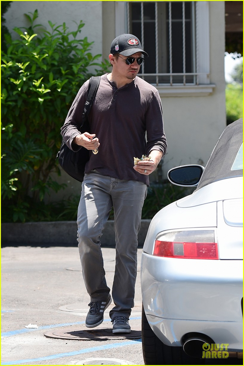 jeremy renner supports san francisco 49ers 063148102