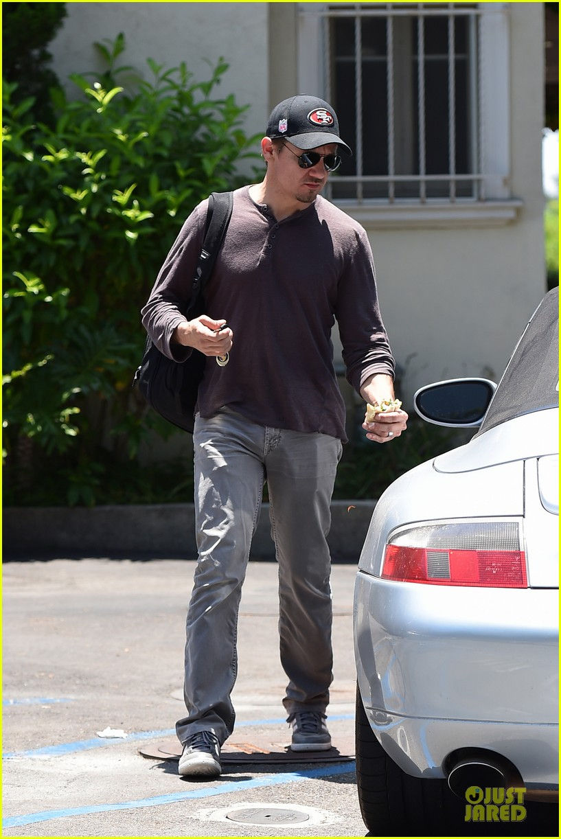 jeremy renner supports san francisco 49ers 083148104