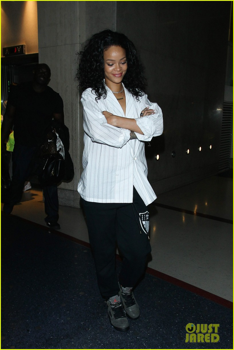 rihanna gets comfy for flight from los angeles to new york 05