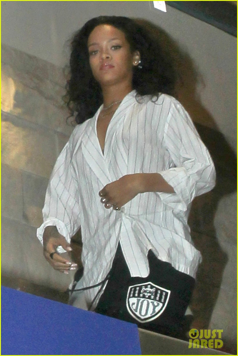rihanna gets comfy for flight from los angeles to new york 073151629