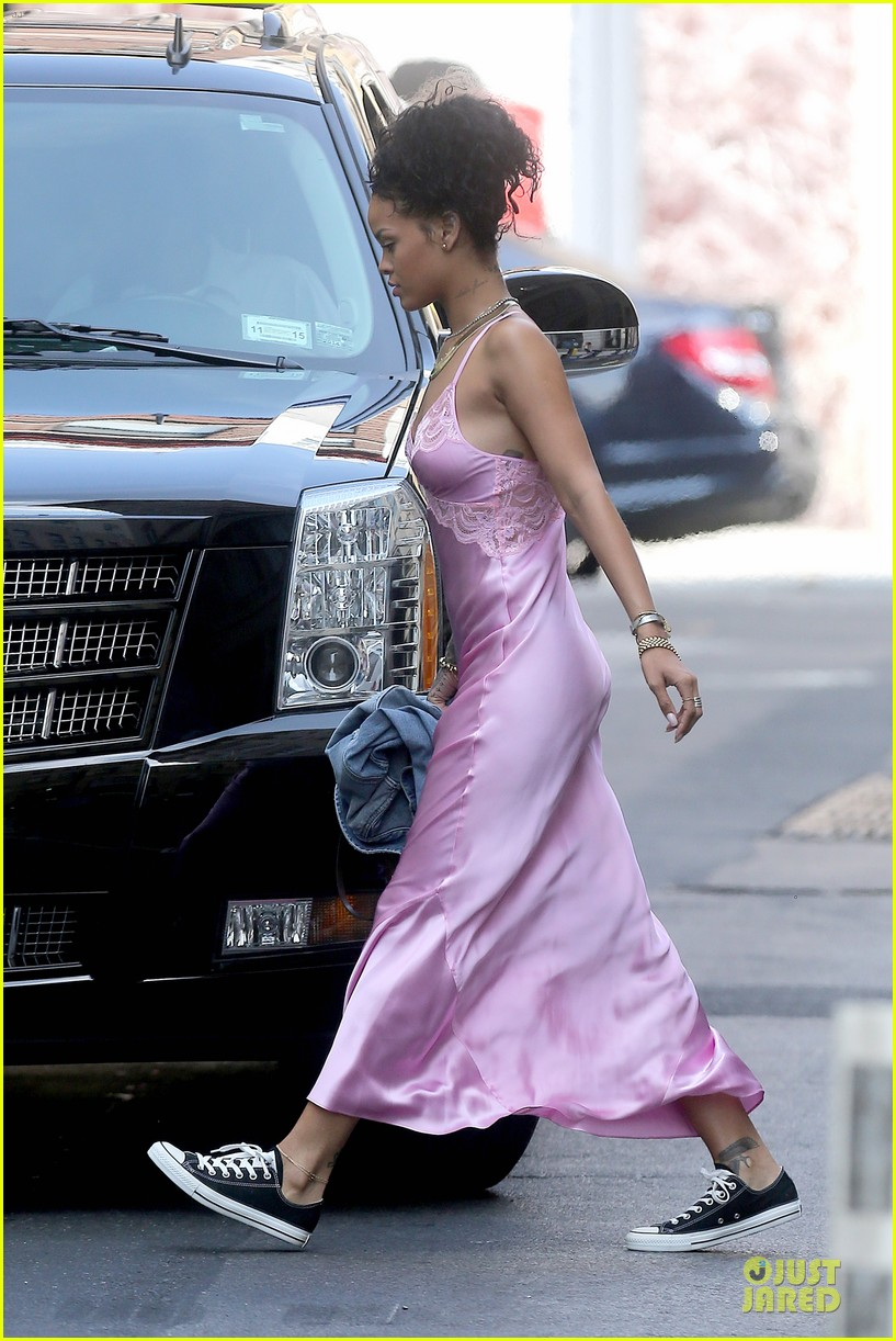 rihanna rocks pink nightgown for fifa game 143151851