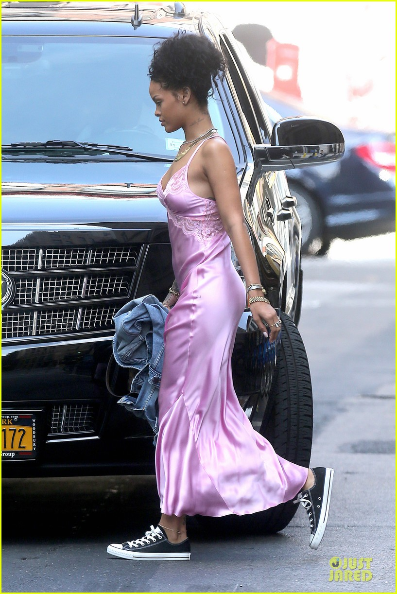 rihanna rocks pink nightgown for fifa game 15