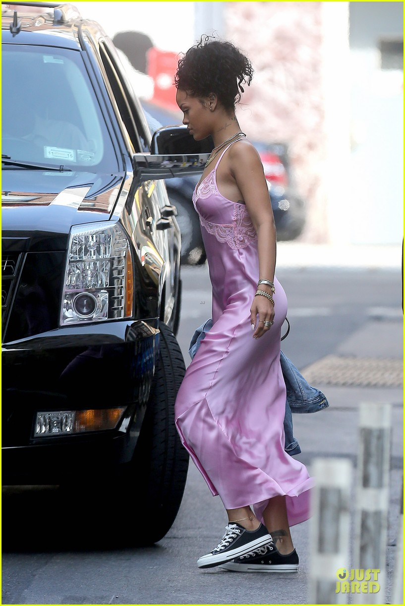 rihanna rocks pink nightgown for fifa game 173151854
