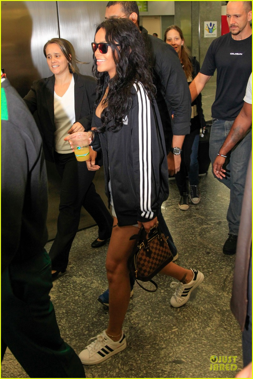 rihanna brings toned tummy to brazil 053154007