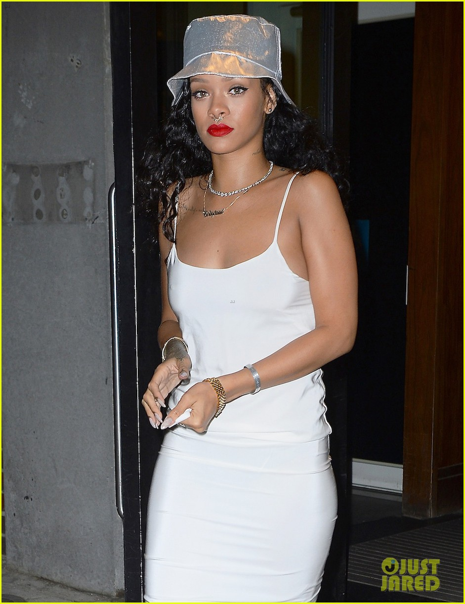 rihanna rocks new nose piercing for brothers party at vip room 043152909
