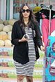 zoe saldana fills up on groceries 02