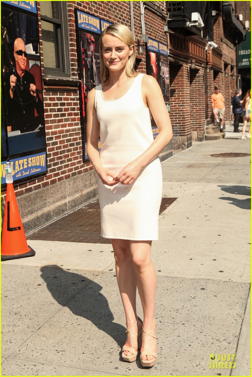 taylor schilling such a sweetheart at letterman 013161965
