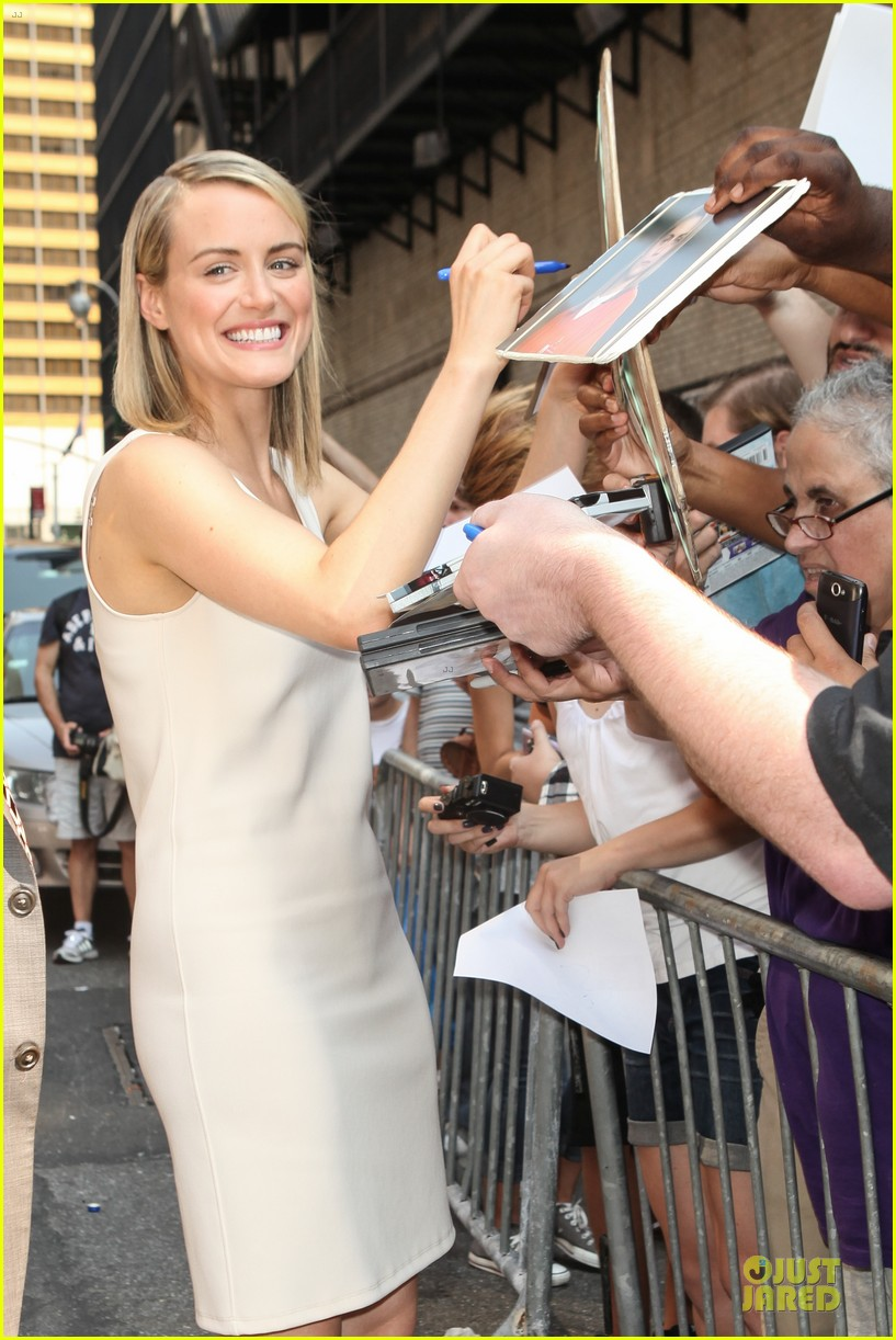 taylor schilling such a sweetheart at letterman 023161966