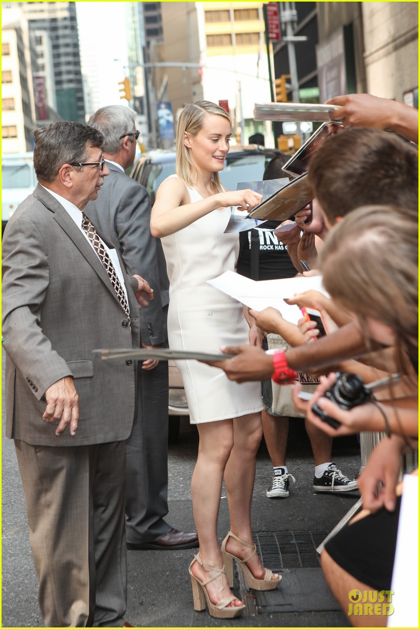 taylor schilling such a sweetheart at letterman 033161967