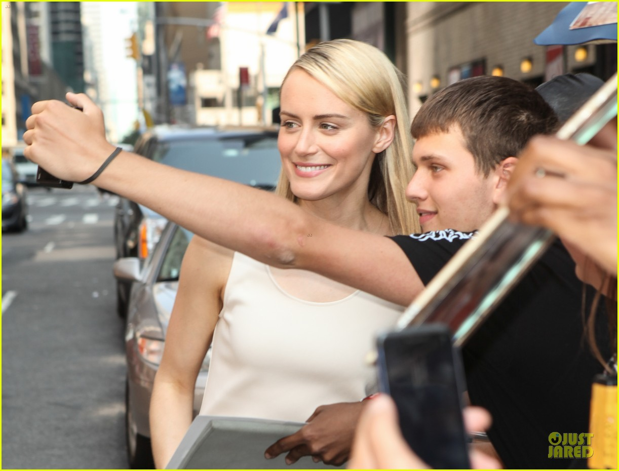 taylor schilling such a sweetheart at letterman 043161968