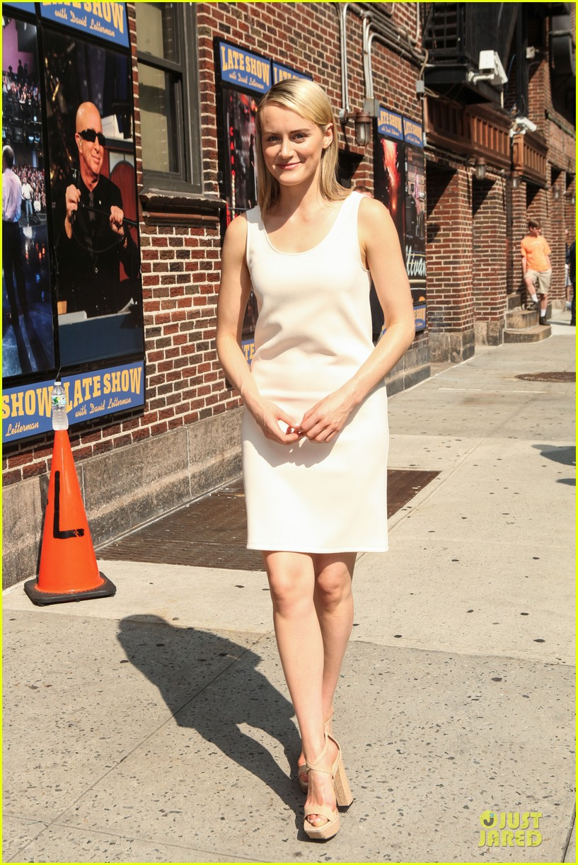 taylor schilling such a sweetheart at letterman 073161971