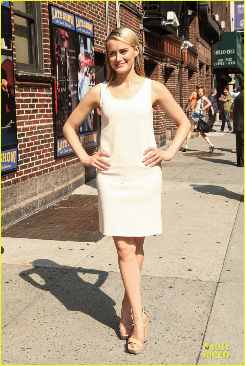 taylor schilling such a sweetheart at letterman 103161974