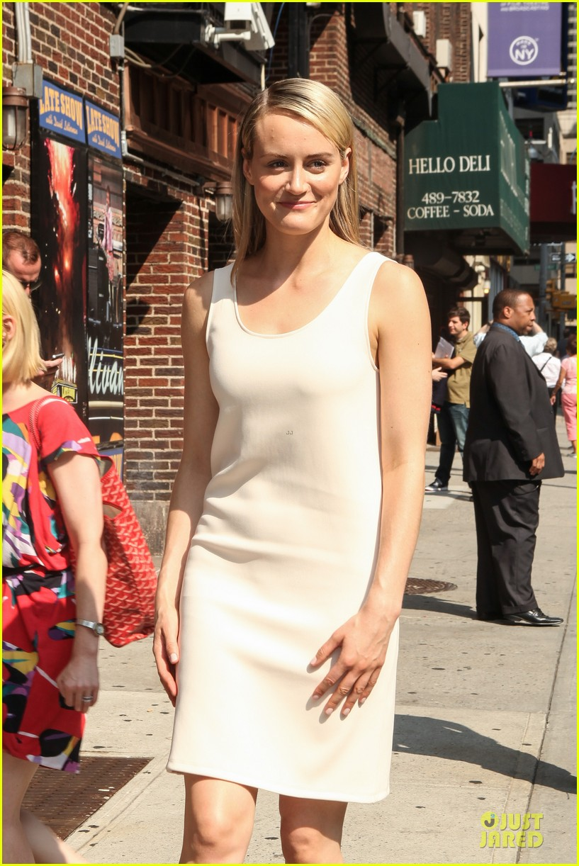 taylor schilling such a sweetheart at letterman 143161978