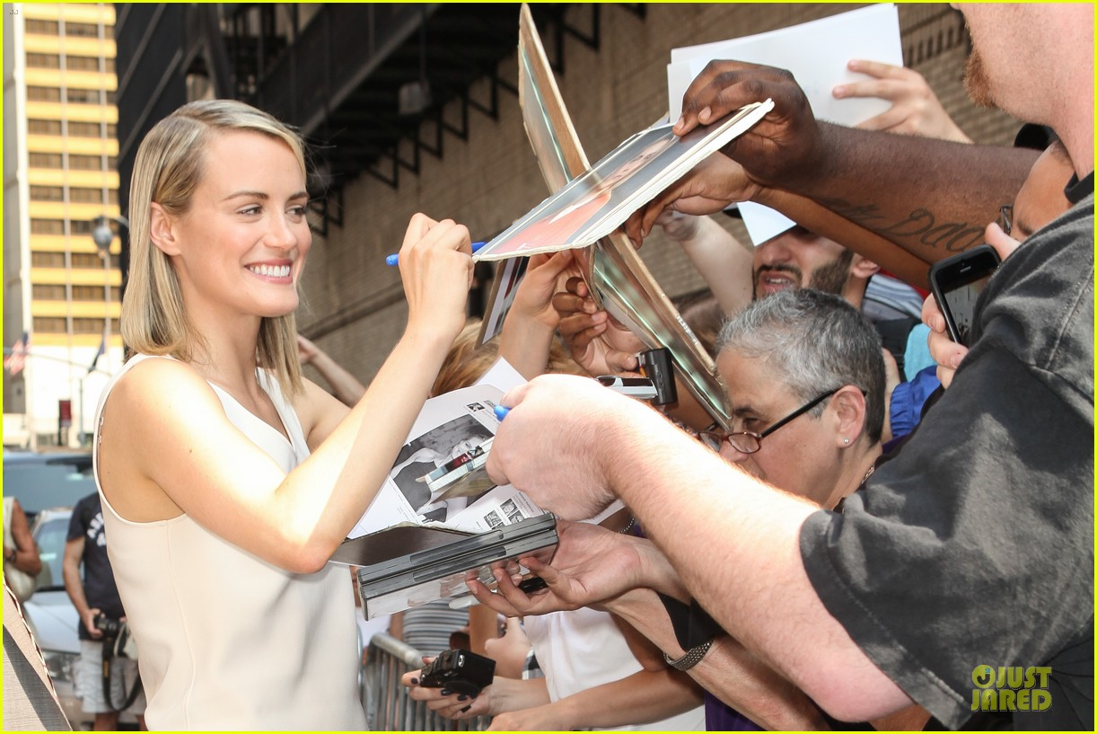taylor schilling such a sweetheart at letterman 183161982