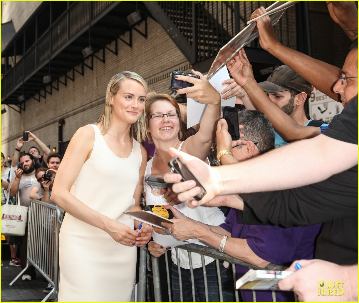 taylor schilling such a sweetheart at letterman 223161986