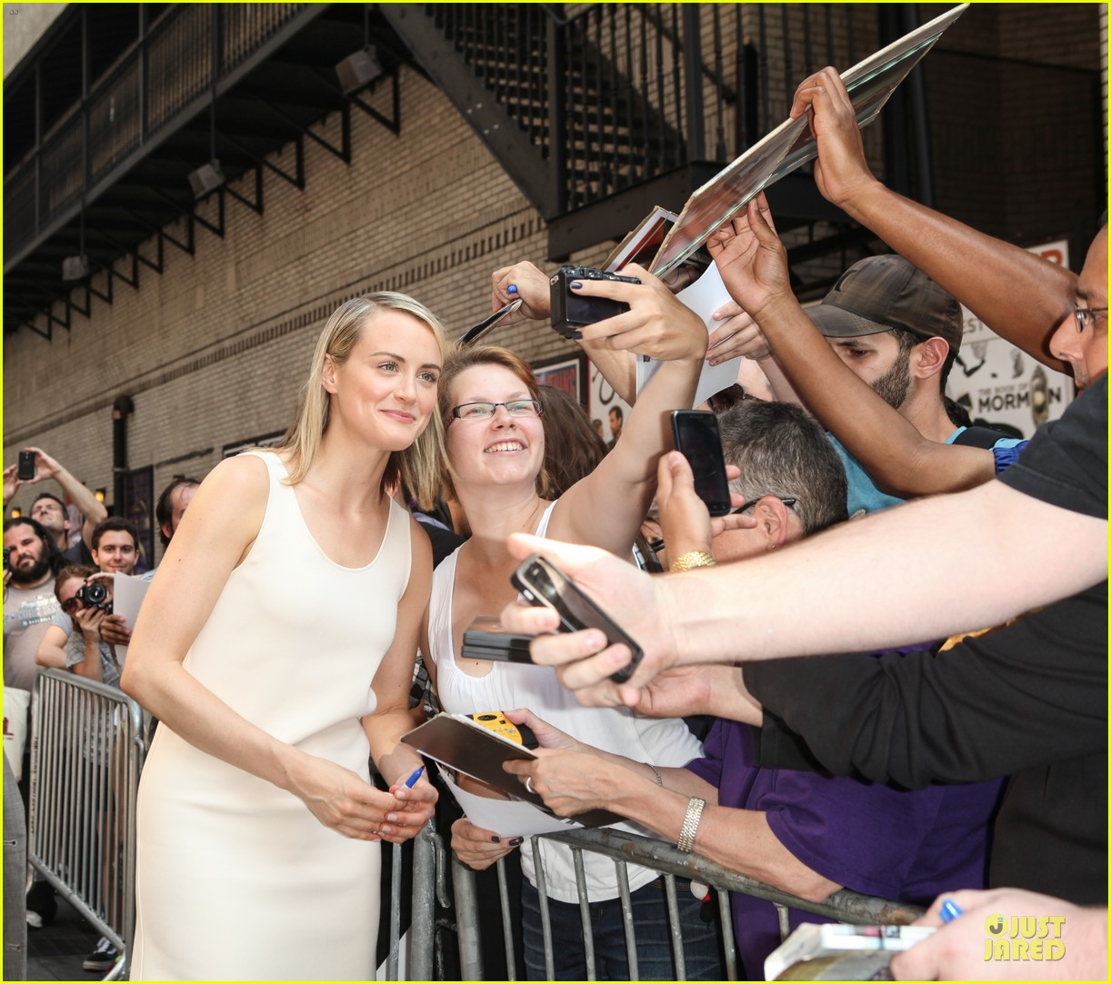 taylor schilling such a sweetheart at letterman 243161988