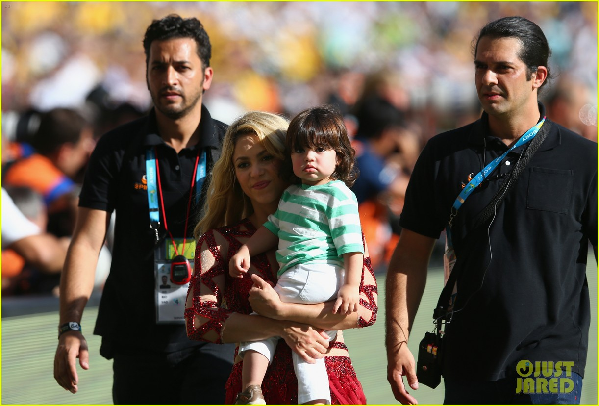 shakira brings cutie son milan on stage after world cup closing ceremony performance 153155156