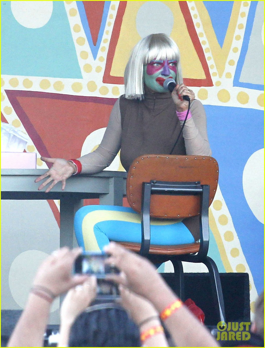 sia performs chandelier in full clown makeup 053149446
