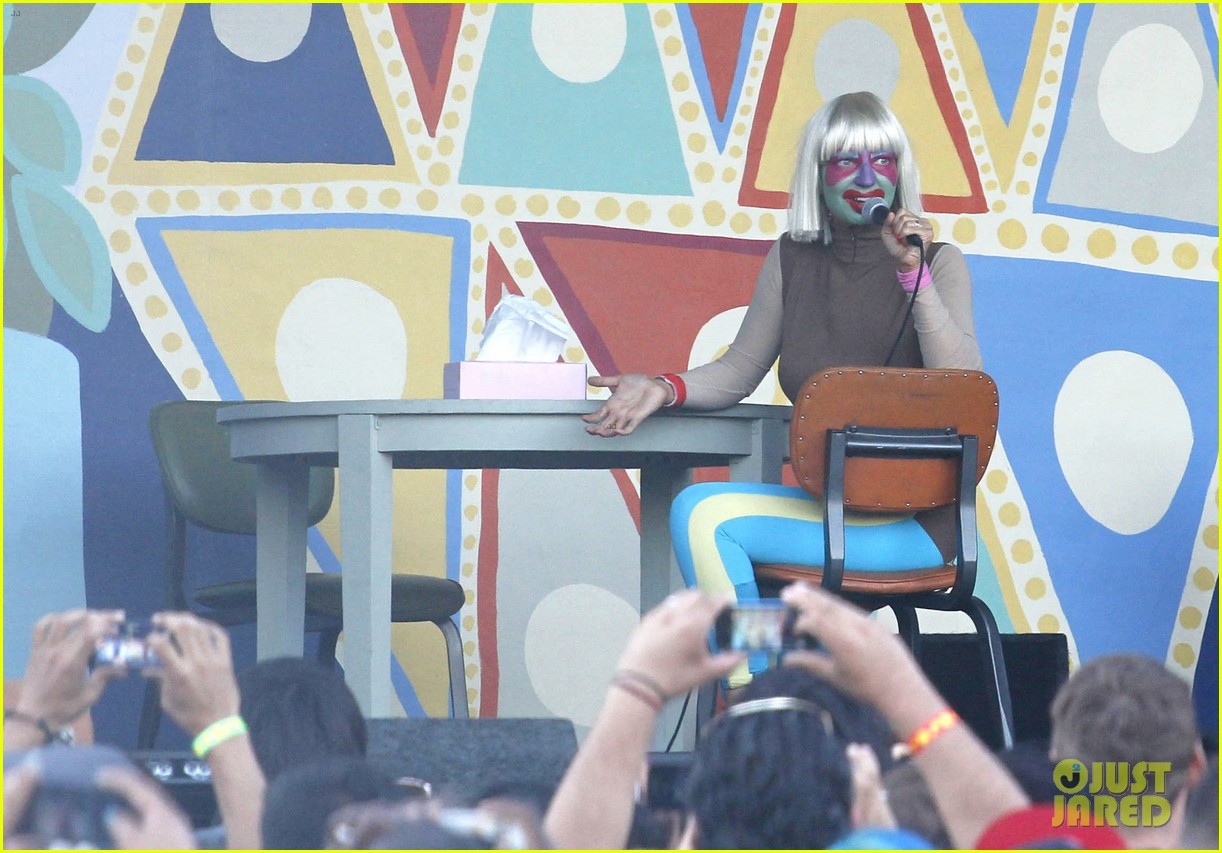 sia performs chandelier in full clown makeup 06