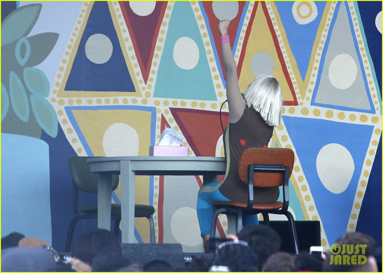 sia performs chandelier in full clown makeup 07