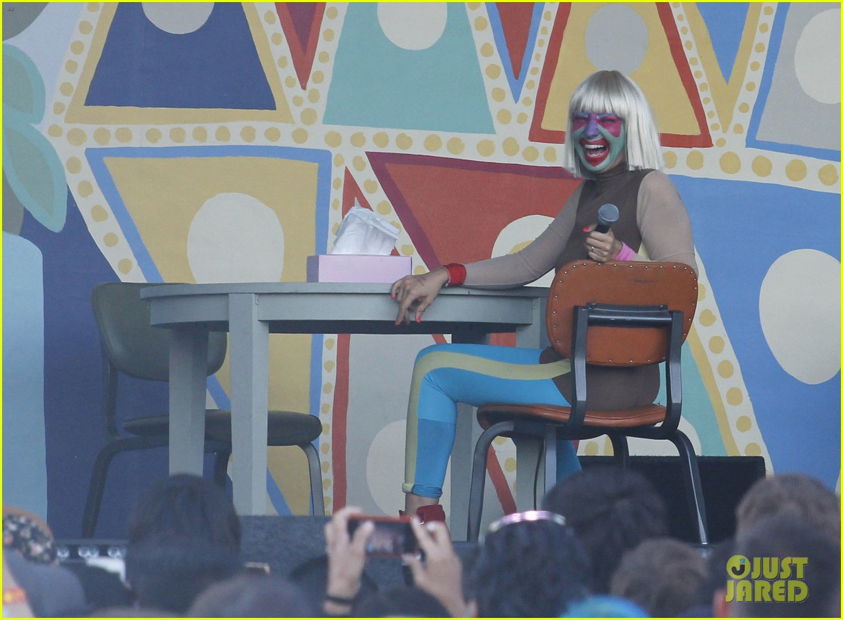 sia performs chandelier in full clown makeup 083149449