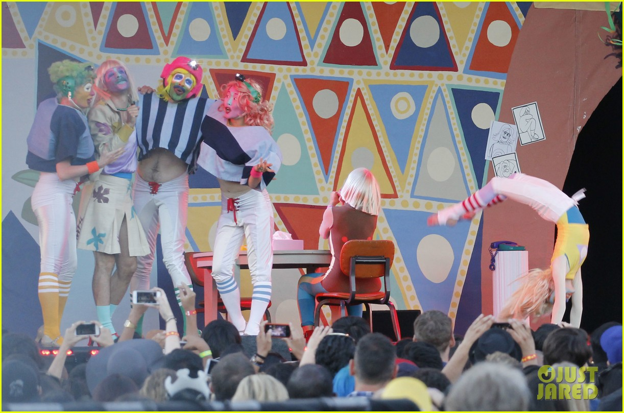 sia performs chandelier in full clown makeup 123149453
