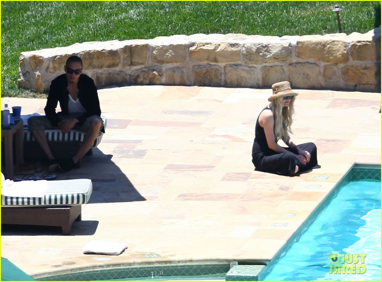 ashlee simpson evan ross cuddle at the pool 113151053