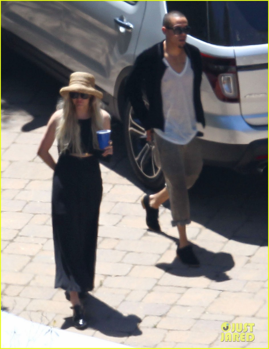 ashlee simpson evan ross cuddle at the pool 12