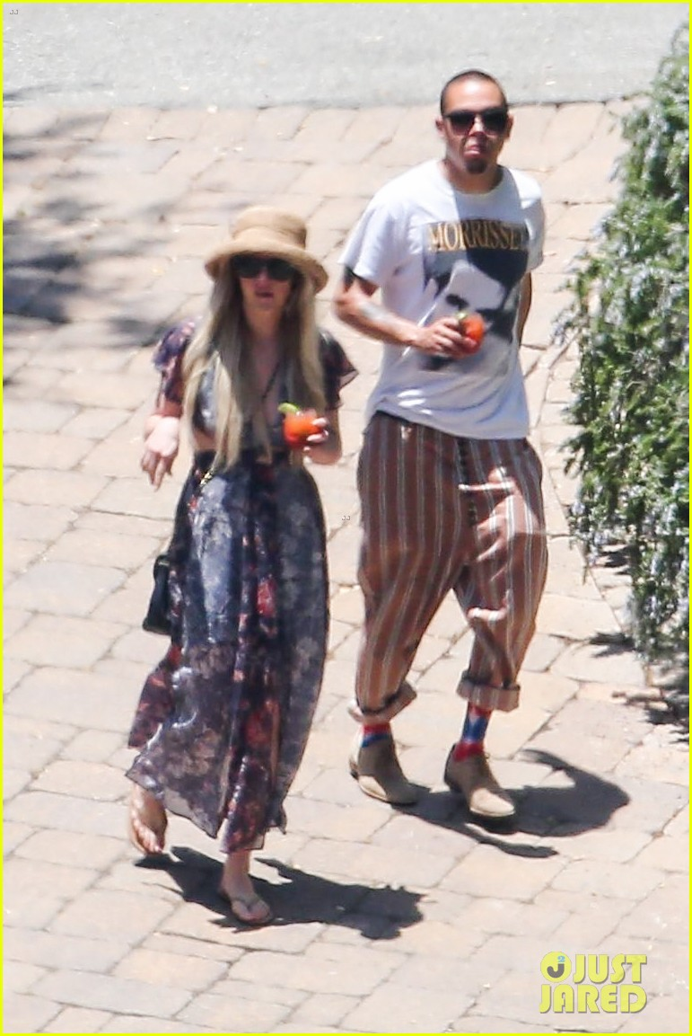 ashlee simpson hits the pool before jessicas wedding 01