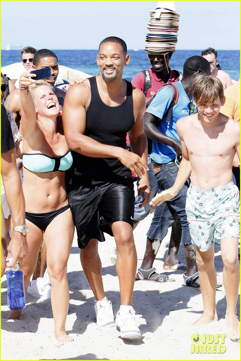will smith soaks up the attention at the beach 063153344