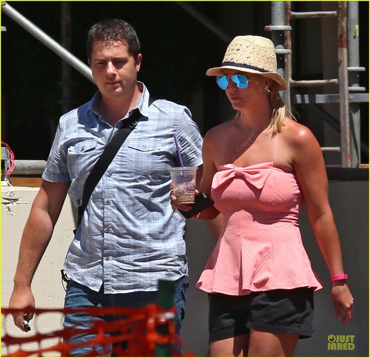 britney spears working on summer tan 023151935