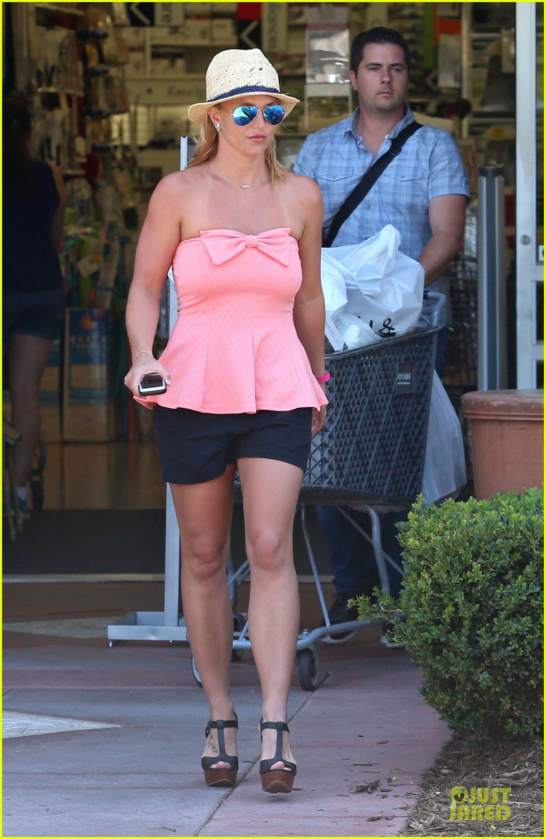 britney spears working on summer tan 033151936