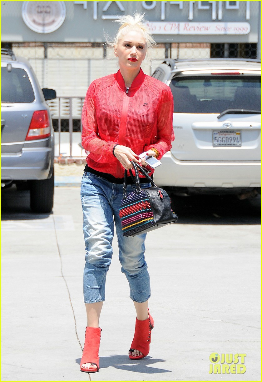 gwen stefani takes her red hot heels for a ride 07