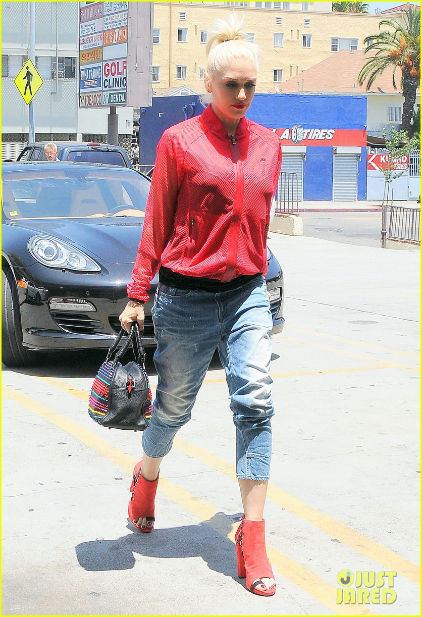 gwen stefani takes her red hot heels for a ride 093149333