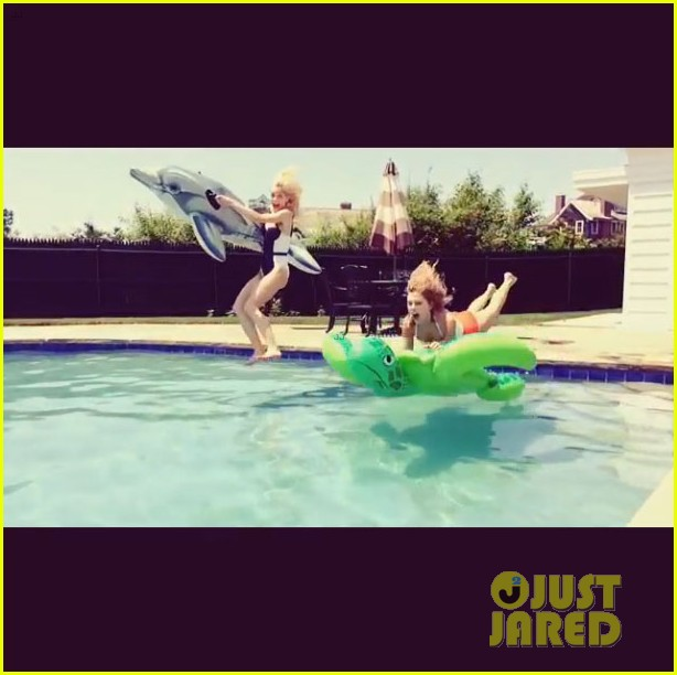 taylor swift jaime king play in the pool 01