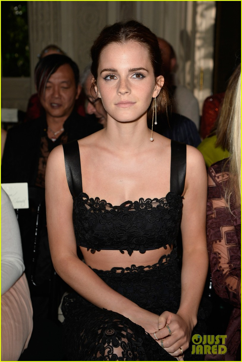 emma watson looks amazing in a crop top for valentino show 09