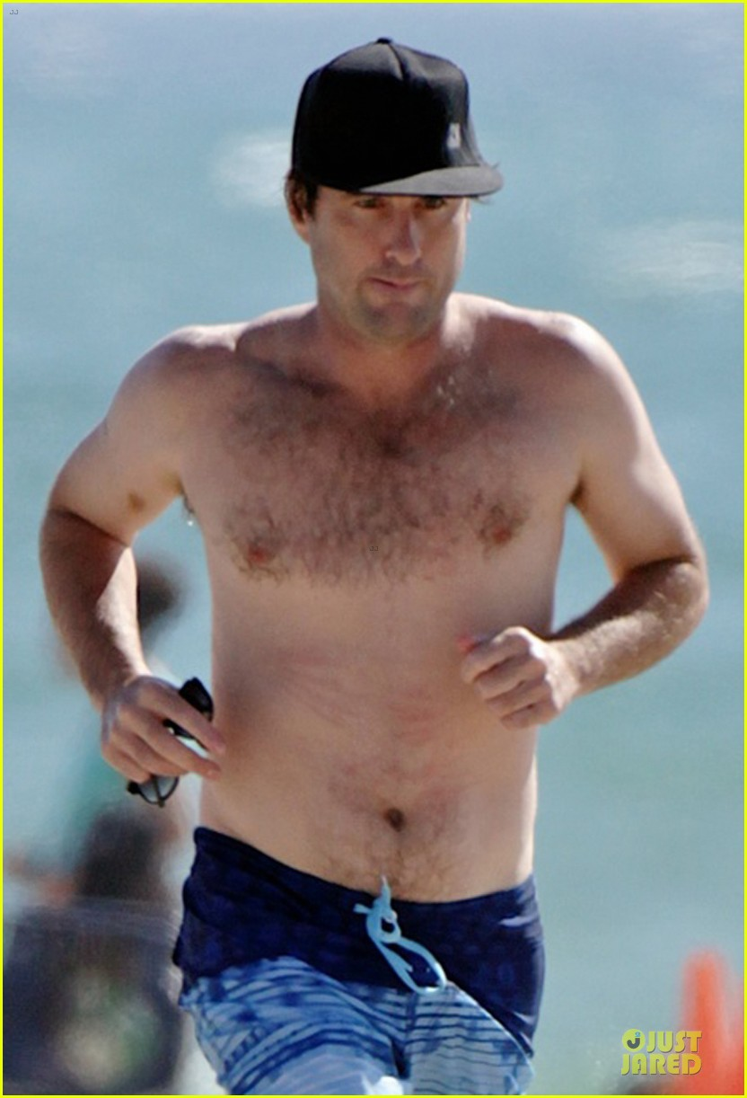 luke wilson heart racing with shirtless beach jog 02
