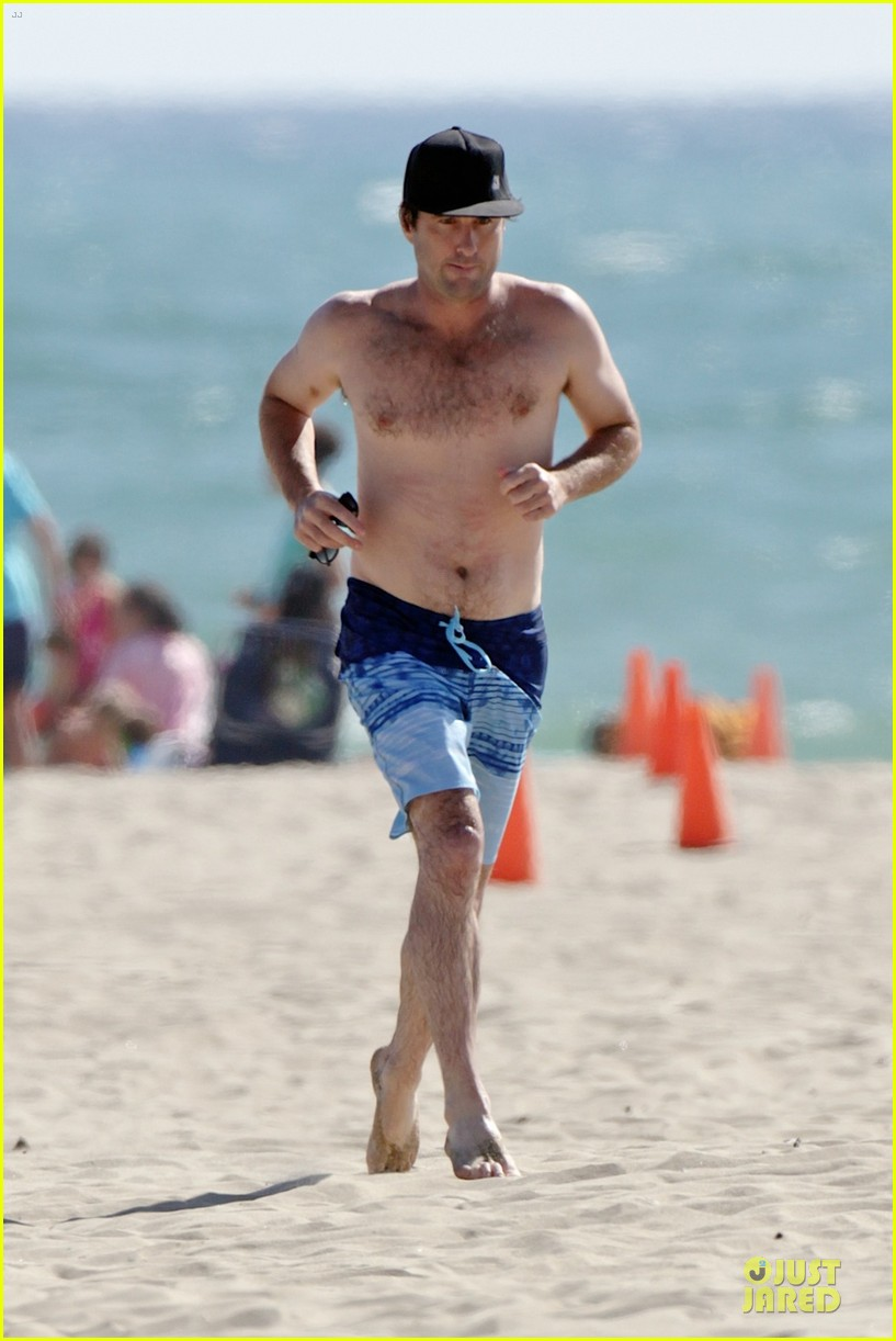 luke wilson heart racing with shirtless beach jog 053152858