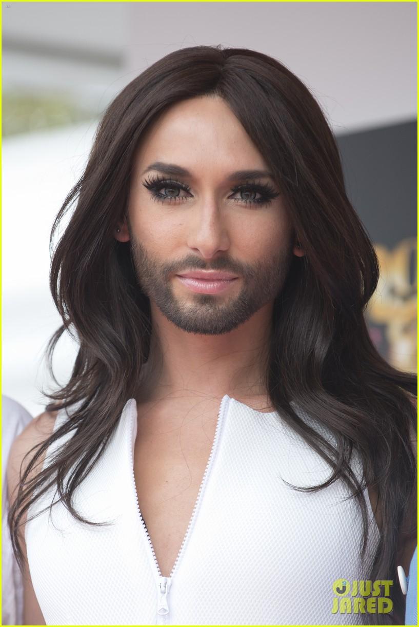 bearded drag queen conchita wurst receives pride award 023148901
