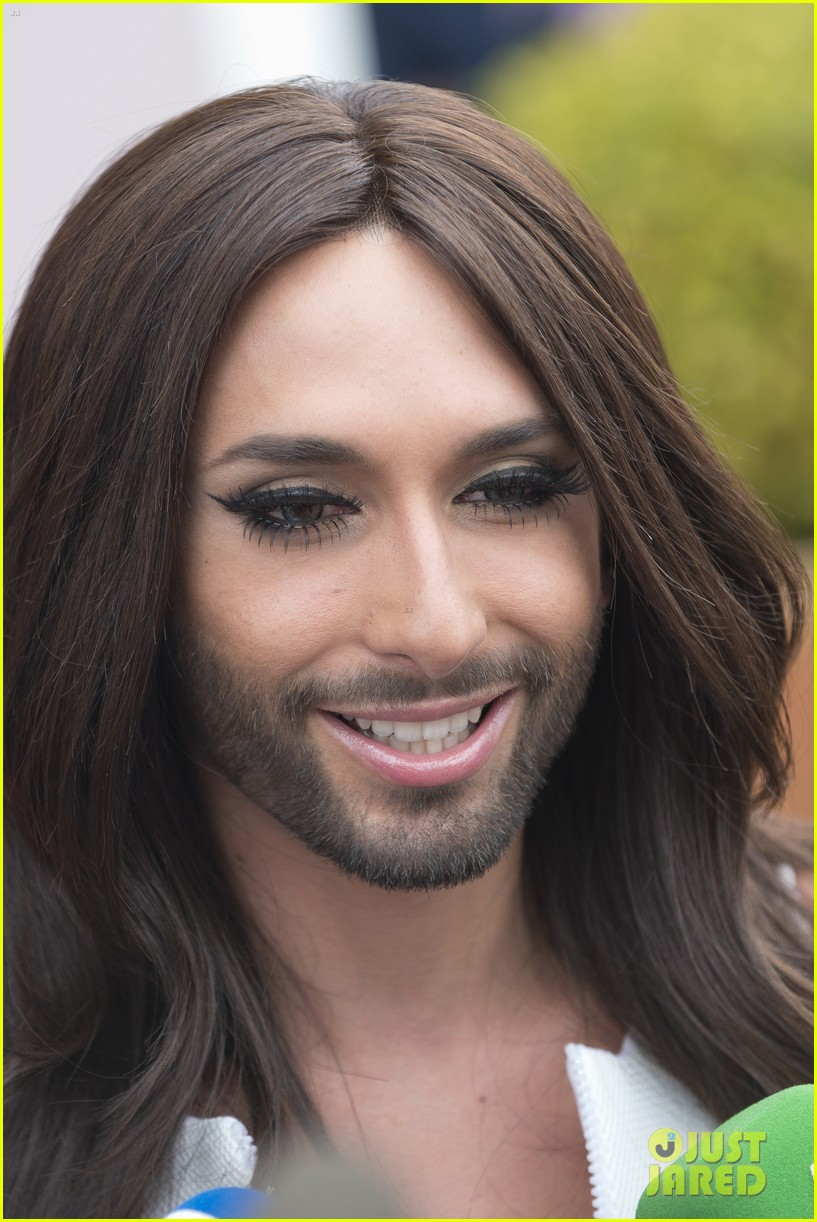 bearded drag queen conchita wurst receives pride award 043148903