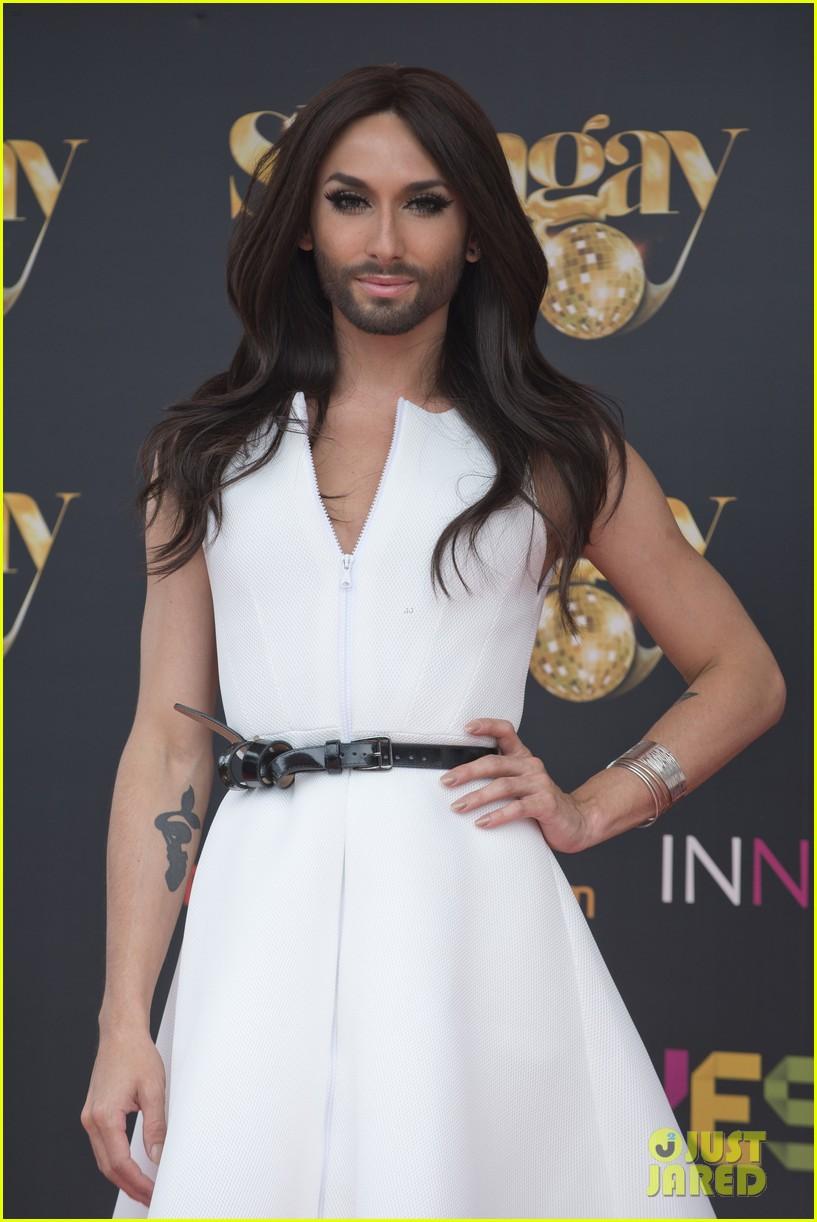 bearded drag queen conchita wurst receives pride award 073148906