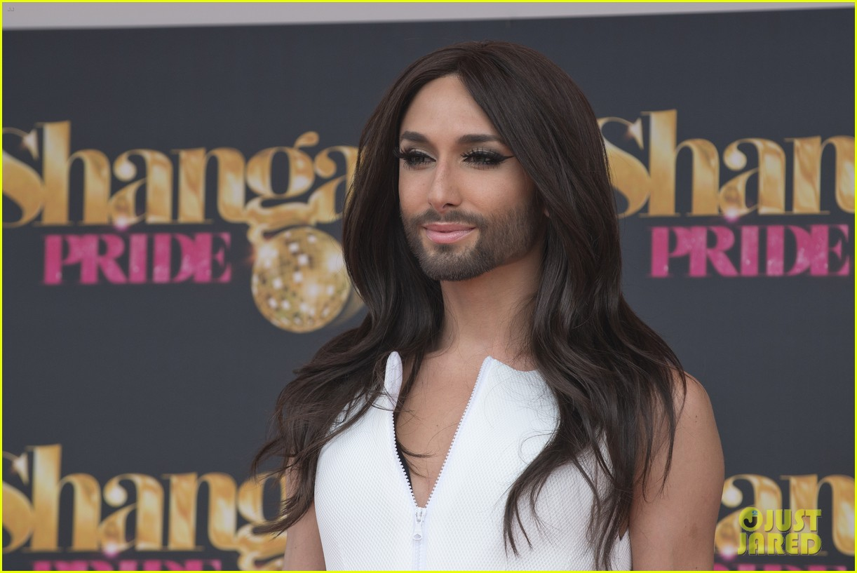 bearded drag queen conchita wurst receives pride award 083148907