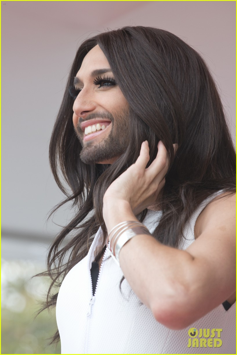 bearded drag queen conchita wurst receives pride award 093148908