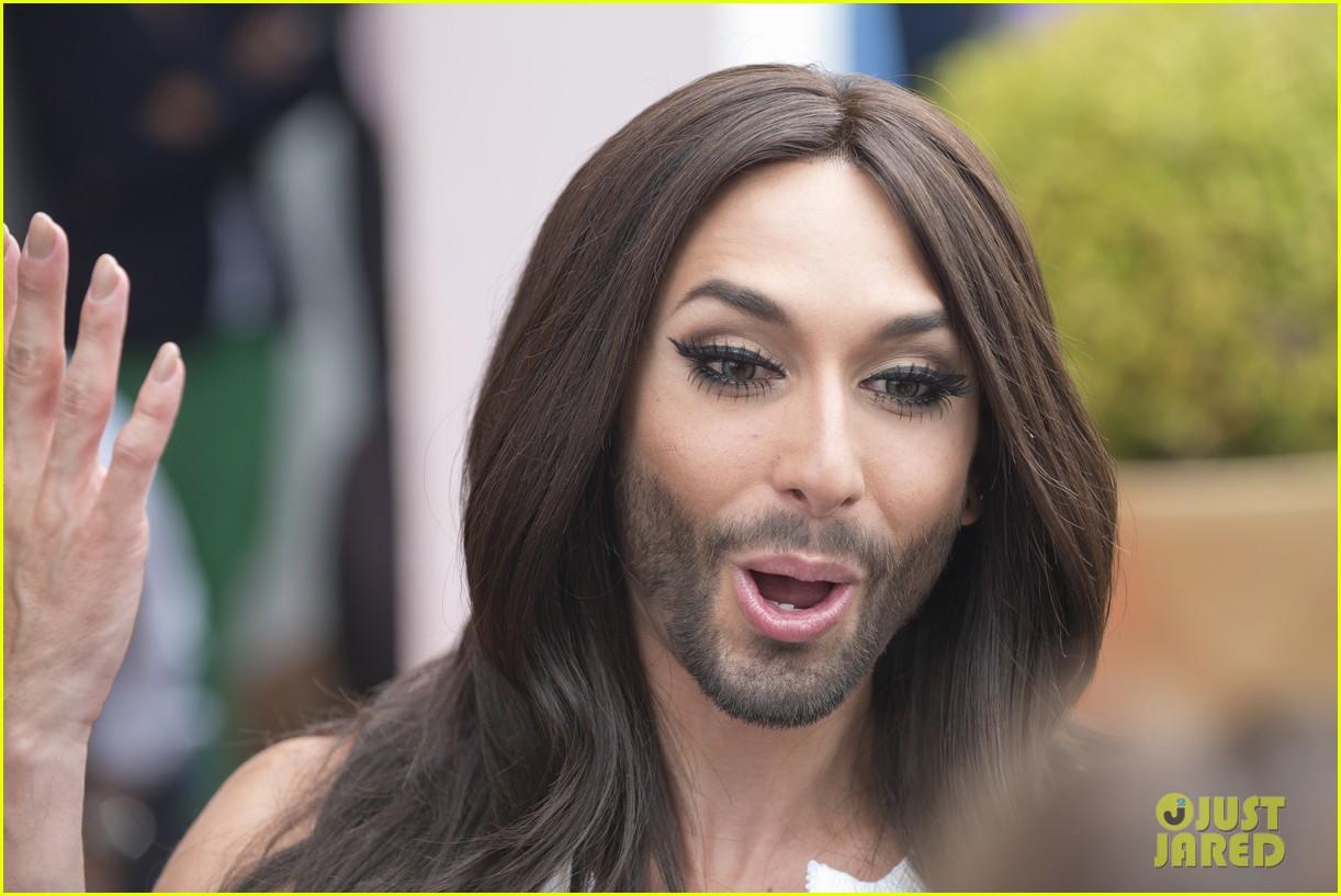 bearded drag queen conchita wurst receives pride award 113148910
