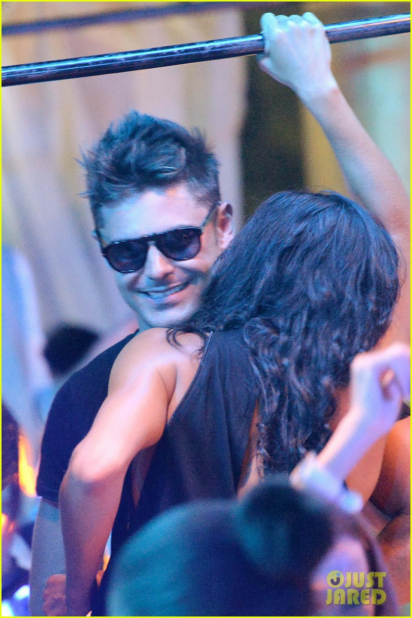 zac efron michelle rodriguez make out on the dance floor 03